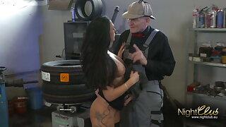 Opa fickt lay down one's life Tattoo Schlampe in der Autowerkstatt
